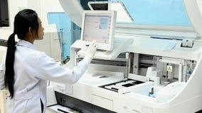 Mulher no laboratório médico moderno vídeos de arquivo