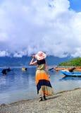 A mulher no lago Fotos de Stock