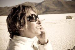Mulher no lago de sal Imagens de Stock Royalty Free