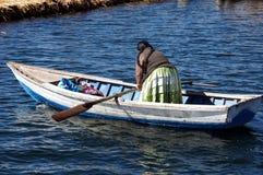 Mulher no lago do titicaca do barco - Peru fotografia de stock