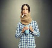 A mulher no lenço está com uma gripe Fotos de Stock Royalty Free