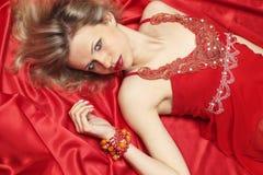Mulher no linho vermelho Fotografia de Stock Royalty Free