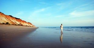 Mulher no litoral do oceano Imagens de Stock Royalty Free
