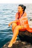 Mulher no mar foto de stock