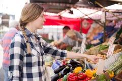 Mulher no mercado imagens de stock