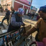 A mulher no mercado da cidade vende punhais Em Bayan-Olgiy a província é povoada a 88,7% por Kazakhs Imagem de Stock