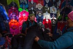 A mulher no mercado da cidade vende a roupa Em Bayan-Olgiy a província é povoada a 88,7% por Kazakhs Fotografia de Stock Royalty Free