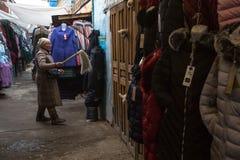 A mulher no mercado da cidade vende a roupa Em Bayan-Olgiy a província é povoada a 88,7% por Kazakhs Imagens de Stock Royalty Free