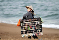 A mulher no mercado da praia de Vietnam Fotos de Stock
