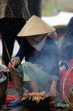 A mulher no mercado de Vietnam Fotos de Stock Royalty Free
