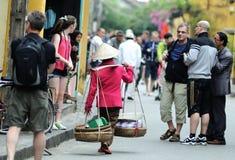 A mulher no mercado de Vietnam Imagens de Stock Royalty Free