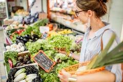 Mulher no mercado do alimento imagens de stock royalty free