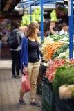 Mulher no mercado do fazendeiro imagens de stock royalty free