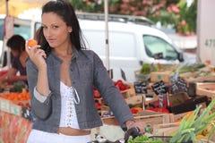 Mulher no mercado local Fotografia de Stock
