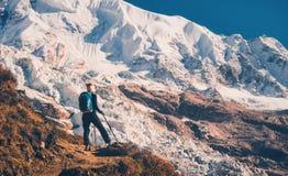 Mulher no monte e nas montanhas mazing no por do sol Fotos de Stock