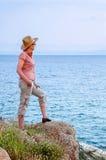 Mulher no monte perto do mar Imagens de Stock Royalty Free