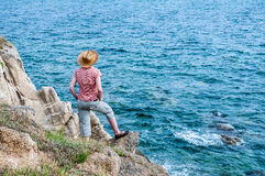 Mulher no monte perto do mar Imagem de Stock Royalty Free
