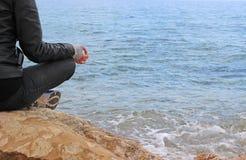 Mulher no mudra gyan nas rochas Fotos de Stock Royalty Free