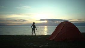 Mulher no nascer do sol de vista de acampamento na manhã vídeos de arquivo