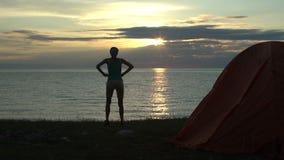 Mulher no nascer do sol de vista de acampamento na manhã video estoque