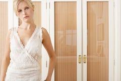 Mulher no nighty vestindo do quarto. fotografia de stock royalty free