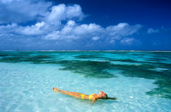 Mulher no oceano fotos de stock
