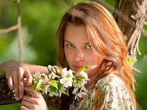Mulher no otdoor de relaxamento do vestido branco Imagem de Stock Royalty Free