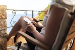Mulher no pátio por cartão de imagem da escrita do mar imagem de stock royalty free