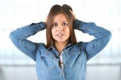 Mulher no pânico com mãos na cabeça Imagens de Stock Royalty Free