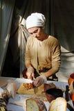 Mulher no pão tradicional do corte do vestido e do lenço nos tempos do ` do festival e no ` das épocas em Moscou fotografia de stock