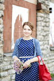 Mulher no pacote da posse do vestido de flores Imagem de Stock Royalty Free