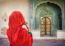Mulher no palácio da cidade de Jaipur fotos de stock royalty free