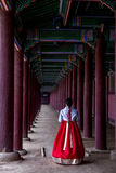 Mulher no palácio de Gyeongbokgung foto de stock