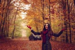 Mulher no parque bonito do outono, outono do conceito Imagens de Stock