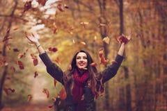 Mulher no parque bonito do outono, outono do conceito Fotos de Stock