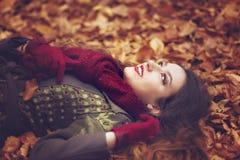 Mulher no parque bonito do outono, outono do conceito Fotografia de Stock