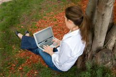 Mulher no parque com seu computador Imagem de Stock Royalty Free