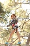Mulher no parque da aventura foto de stock royalty free