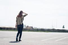 Mulher no parque de estacionamento imagem de stock