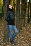 Mulher no parque do outono fotografia de stock royalty free