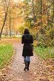 Mulher no parque do outono Imagens de Stock Royalty Free