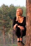 Mulher no parque no tempo do por do sol fotografia de stock