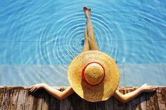 Mulher no poolside Imagens de Stock Royalty Free