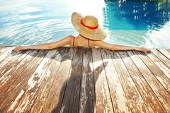 Mulher no poolside Fotos de Stock Royalty Free