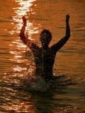 Mulher no por do sol no mar Imagens de Stock Royalty Free