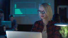 Mulher no portátil no escritório moderno video estoque