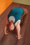 Mulher no Pose da ioga de Urdhva Dhanurasana Fotografia de Stock Royalty Free