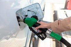 Mulher no posto de gasolina Fotos de Stock