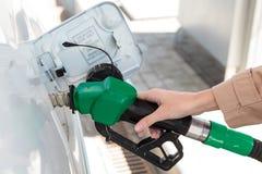 Mulher no posto de gasolina Imagens de Stock