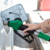 Mulher no posto de gasolina Imagens de Stock Royalty Free